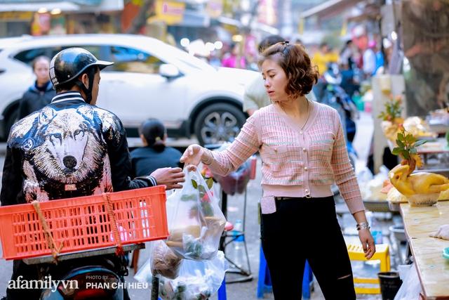 Đến chợ nhà giàu dịp cận Tết, choáng với con gà giá NỬA TRIỆU nhưng chị em vẫn quyết săn cho bằng được vì đạt cái chuẩn gọi là gà đẹp - Ảnh 13.
