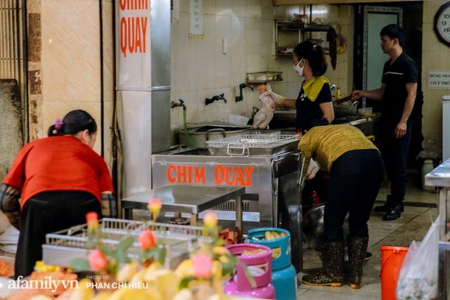 Đến chợ nhà giàu dịp cận Tết, choáng với con gà giá NỬA TRIỆU nhưng chị em vẫn quyết săn cho bằng được vì đạt cái chuẩn gọi là gà đẹp - Ảnh 14.