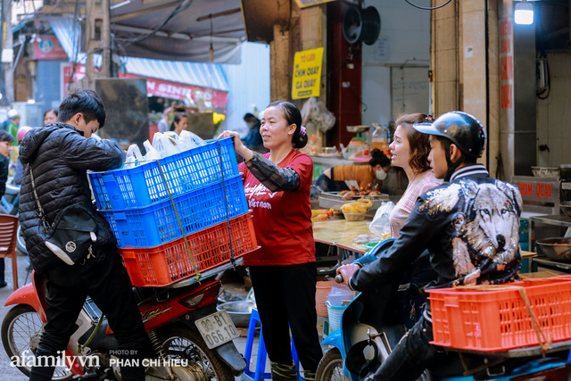 Đến chợ nhà giàu dịp cận Tết, choáng với con gà giá NỬA TRIỆU nhưng chị em vẫn quyết săn cho bằng được vì đạt cái chuẩn gọi là gà đẹp - Ảnh 17.