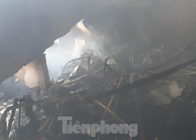 Hiện trường vụ cháy kinh hoàng nhà kho ở TPHCM - Ảnh 3.