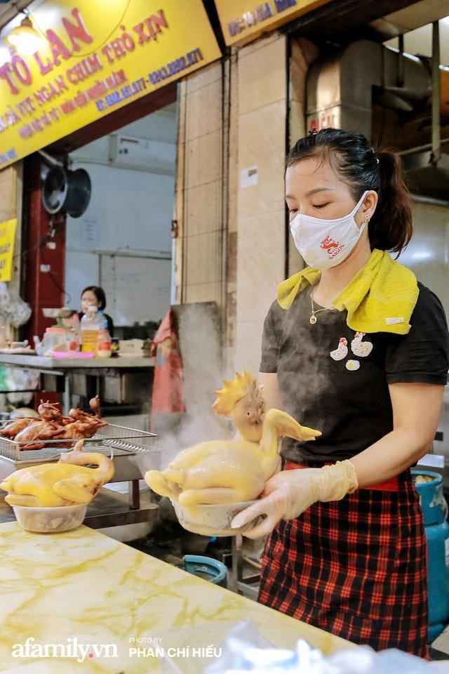 Đến chợ nhà giàu dịp cận Tết, choáng với con gà giá NỬA TRIỆU nhưng chị em vẫn quyết săn cho bằng được vì đạt cái chuẩn gọi là gà đẹp - Ảnh 3.