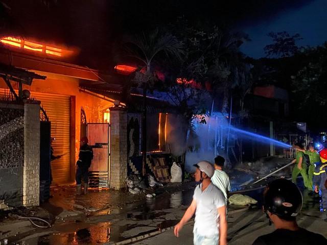 TPHCM: Cháy nổ kinh hoàng tại kho chứa vải khiến cả khu dân cư phải sơ tán - Ảnh 4.