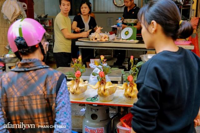 Đến chợ nhà giàu dịp cận Tết, choáng với con gà giá NỬA TRIỆU nhưng chị em vẫn quyết săn cho bằng được vì đạt cái chuẩn gọi là gà đẹp - Ảnh 4.
