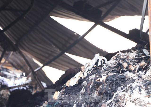 Hiện trường vụ cháy kinh hoàng nhà kho ở TPHCM - Ảnh 5.