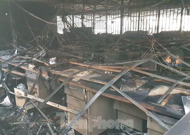 Hiện trường vụ cháy kinh hoàng nhà kho ở TPHCM - Ảnh 6.
