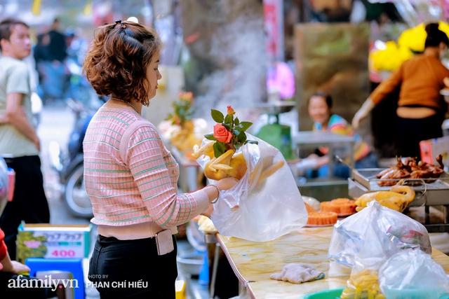 Đến chợ nhà giàu dịp cận Tết, choáng với con gà giá NỬA TRIỆU nhưng chị em vẫn quyết săn cho bằng được vì đạt cái chuẩn gọi là gà đẹp - Ảnh 6.