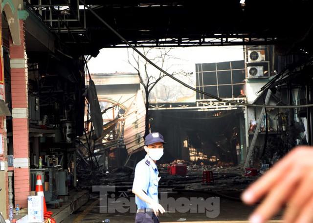 Hiện trường vụ cháy kinh hoàng nhà kho ở TPHCM - Ảnh 7.