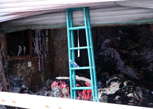 Hiện trường vụ cháy kinh hoàng nhà kho ở TPHCM - Ảnh 8.