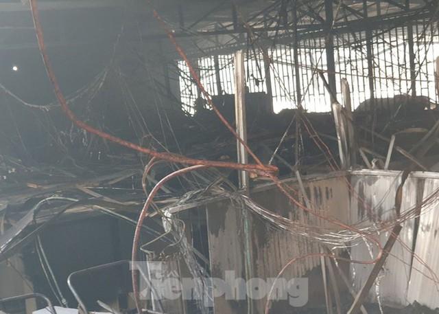 Hiện trường vụ cháy kinh hoàng nhà kho ở TPHCM - Ảnh 9.