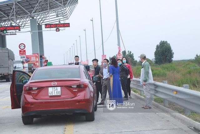 Câu chuyện nhà trai quay về vì không được vào Quảng Ninh đón dâu: 2 gia đình đã gặp gỡ, trao lễ ngay tại... trạm BOT  - Ảnh 2.
