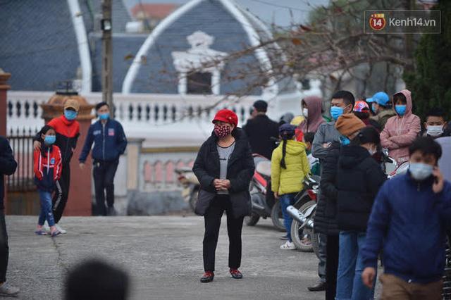 Ảnh: Hàng trăm người dân xã Hưng Đạo (Hải Dương) đội rét, chờ lấy mẫu xét nghiệm Covid-19 - Ảnh 12.
