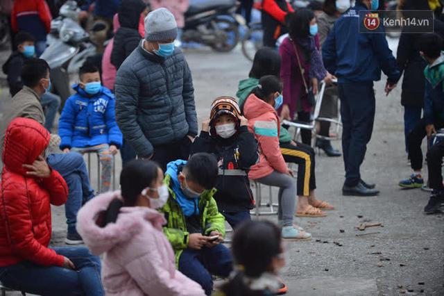 Ảnh: Hàng trăm người dân xã Hưng Đạo (Hải Dương) đội rét, chờ lấy mẫu xét nghiệm Covid-19 - Ảnh 18.
