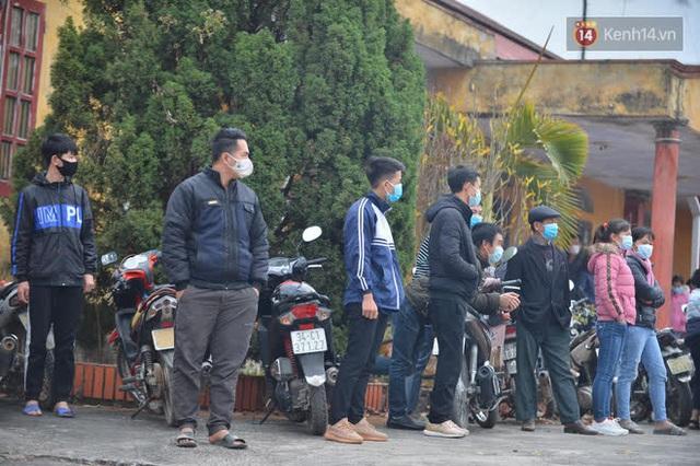 Ảnh: Hàng trăm người dân xã Hưng Đạo (Hải Dương) đội rét, chờ lấy mẫu xét nghiệm Covid-19 - Ảnh 8.
