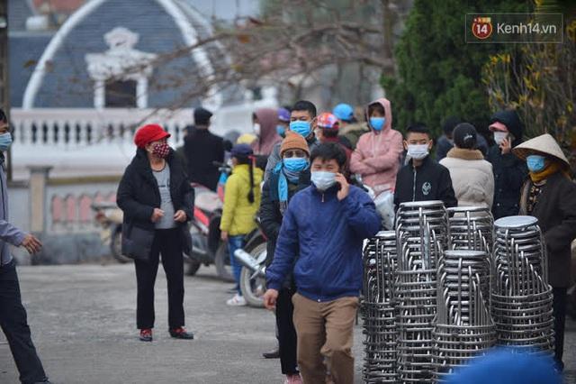 Ảnh: Hàng trăm người dân xã Hưng Đạo (Hải Dương) đội rét, chờ lấy mẫu xét nghiệm Covid-19 - Ảnh 9.