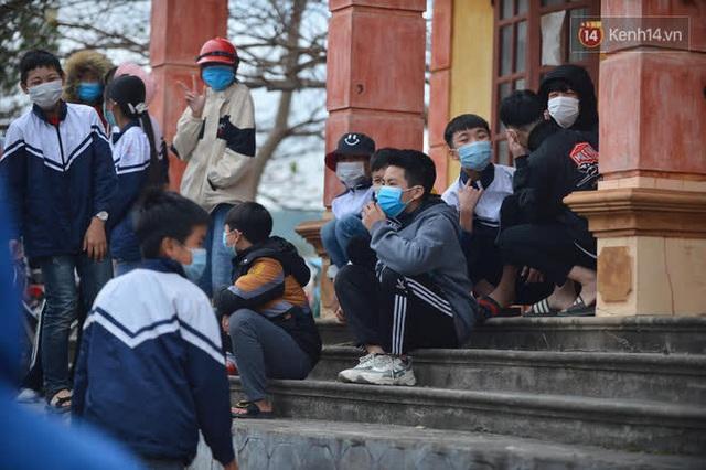 Ảnh: Hàng trăm người dân xã Hưng Đạo (Hải Dương) đội rét, chờ lấy mẫu xét nghiệm Covid-19 - Ảnh 10.