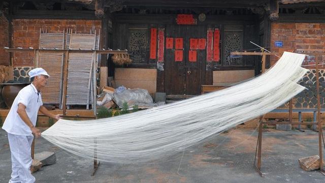 Tết - Điều thú vị có 1-0-2 về cách là món mì trứ danh Trung Quốc: Mỗi bát chỉ có một sợi, người ăn được sợi mì càng dài thì càng trường thọ - Ảnh 3.