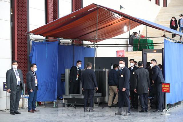 An ninh siết chặt đảm bảo phòng chống COVID-19 phục vụ Đại hội Đảng - Ảnh 6.