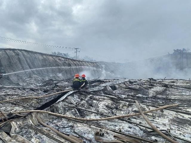 Bình Định: Cháy dữ dội ở công ty may, thiệt hại ước tính hơn 10 tỉ đồng - Ảnh 1.