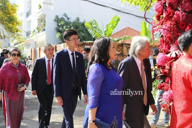 Khoảnh khắc hiếm hoi đại gia kín tiếng Phan Quang Chất - chủ Saigon Square nắm tay bà xã đi hỏi cưới con dâu cho thiếu gia Phan Thành - Ảnh 1.