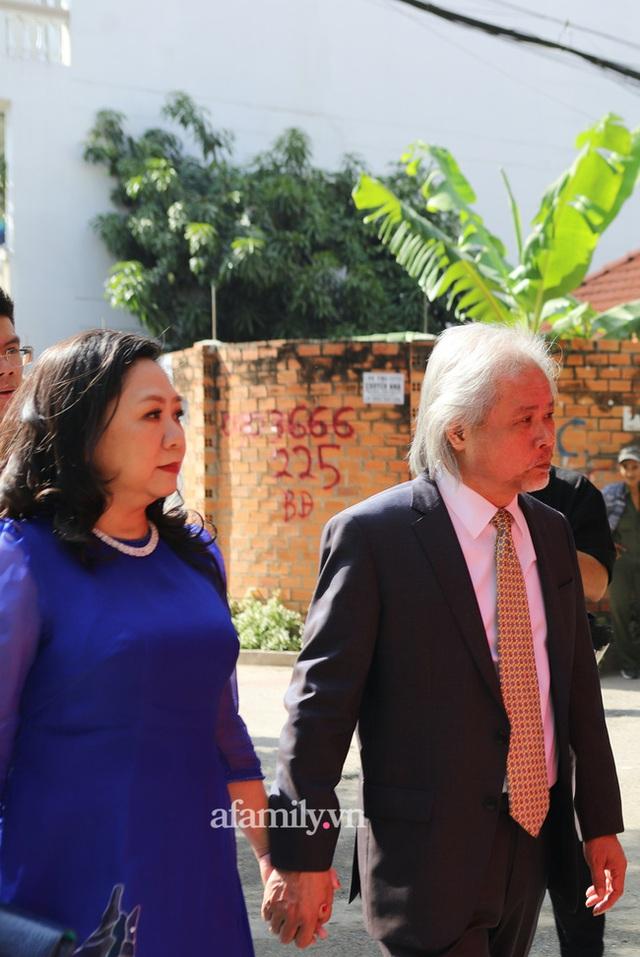Khoảnh khắc hiếm hoi đại gia kín tiếng Phan Quang Chất - chủ Saigon Square nắm tay bà xã đi hỏi cưới con dâu cho thiếu gia Phan Thành - Ảnh 2.