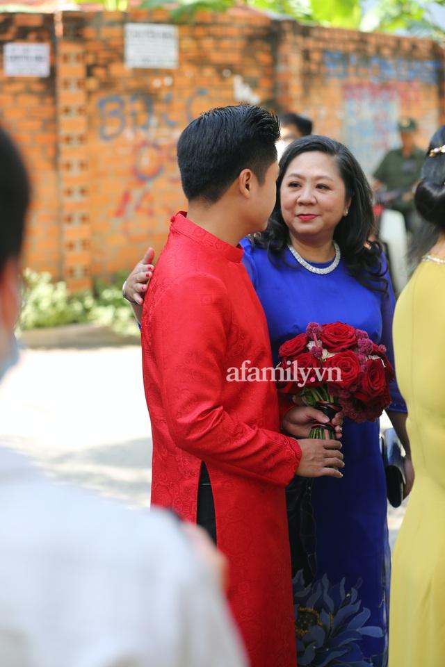 Khoảnh khắc hiếm hoi đại gia kín tiếng Phan Quang Chất - chủ Saigon Square nắm tay bà xã đi hỏi cưới con dâu cho thiếu gia Phan Thành - Ảnh 3.