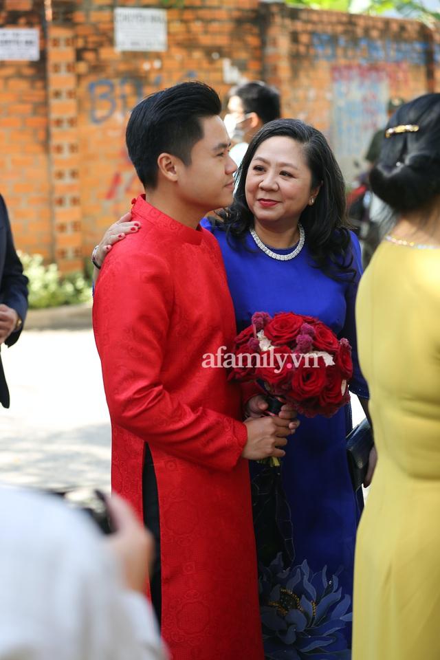 Khoảnh khắc hiếm hoi đại gia kín tiếng Phan Quang Chất - chủ Saigon Square nắm tay bà xã đi hỏi cưới con dâu cho thiếu gia Phan Thành - Ảnh 4.