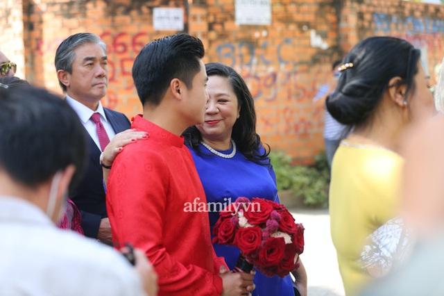 Khoảnh khắc hiếm hoi đại gia kín tiếng Phan Quang Chất - chủ Saigon Square nắm tay bà xã đi hỏi cưới con dâu cho thiếu gia Phan Thành - Ảnh 5.