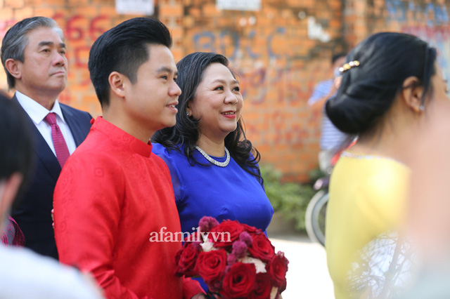 Khoảnh khắc hiếm hoi đại gia kín tiếng Phan Quang Chất - chủ Saigon Square nắm tay bà xã đi hỏi cưới con dâu cho thiếu gia Phan Thành - Ảnh 6.