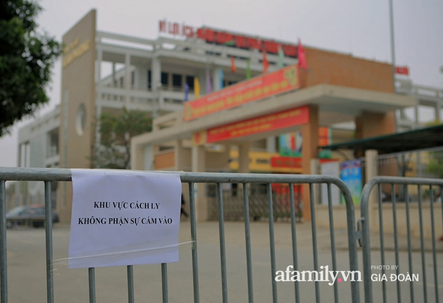 CẬN CẢNH: Bên trong nơi 79 cô trò trường Tiểu học Xuân Phương cách ly vì COVID-19, phụ huynh mang nhu yếu phẩm, chăn gối tới chăm con - Ảnh 1.