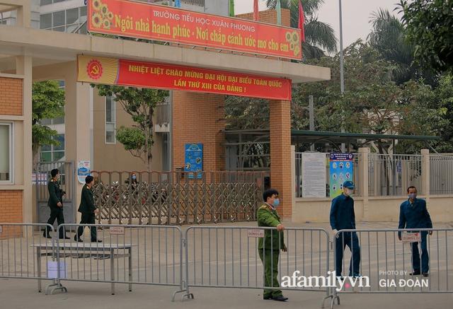 CẬN CẢNH: Bên trong nơi 79 cô trò trường Tiểu học Xuân Phương cách ly vì COVID-19, phụ huynh mang nhu yếu phẩm, chăn gối tới chăm con - Ảnh 2.