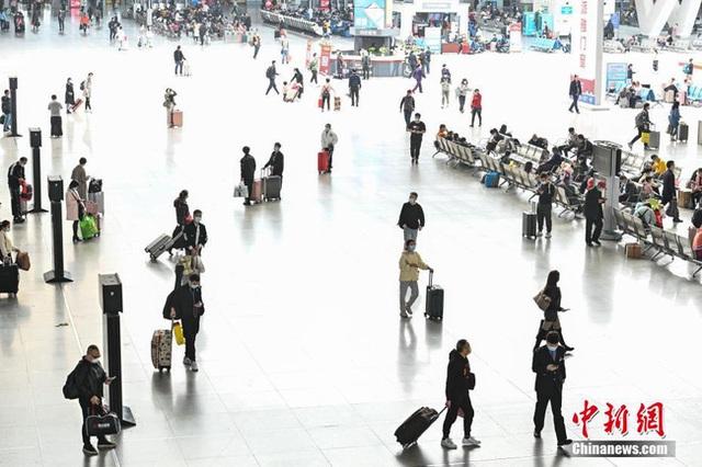 Xuân vận ảm đạm ở Trung Quốc: Bến xe, nhà ga mọi năm ngập trong biển người nay hiu quạnh không ngờ và hành động ấm lòng cho người ăn Tết tại chỗ - Ảnh 1.