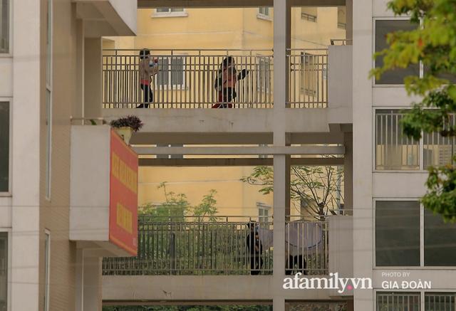 CẬN CẢNH: Bên trong nơi 79 cô trò trường Tiểu học Xuân Phương cách ly vì COVID-19, phụ huynh mang nhu yếu phẩm, chăn gối tới chăm con - Ảnh 11.