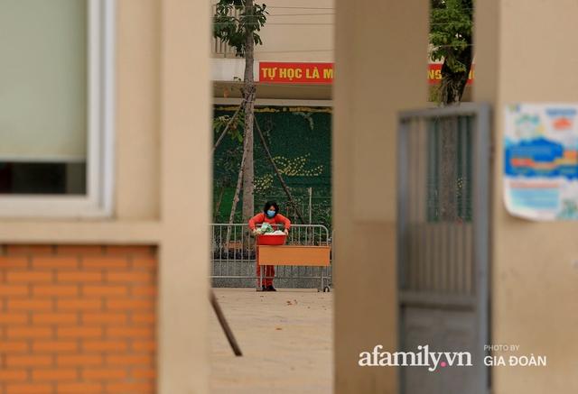 CẬN CẢNH: Bên trong nơi 79 cô trò trường Tiểu học Xuân Phương cách ly vì COVID-19, phụ huynh mang nhu yếu phẩm, chăn gối tới chăm con - Ảnh 12.