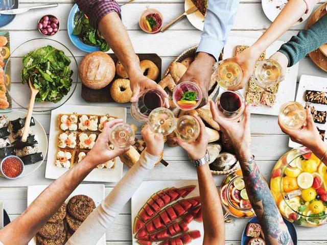 11 thói quen ăn uống cực xấu nhưng ai cũng mắc phải đang dần hủy hoại sức khỏe của bạn - Ảnh 3.