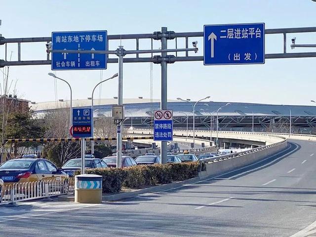 Xuân vận ảm đạm ở Trung Quốc: Bến xe, nhà ga mọi năm ngập trong biển người nay hiu quạnh không ngờ và hành động ấm lòng cho người ăn Tết tại chỗ - Ảnh 3.