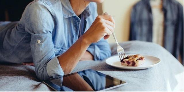 11 thói quen ăn uống cực xấu nhưng ai cũng mắc phải đang dần hủy hoại sức khỏe của bạn - Ảnh 4.