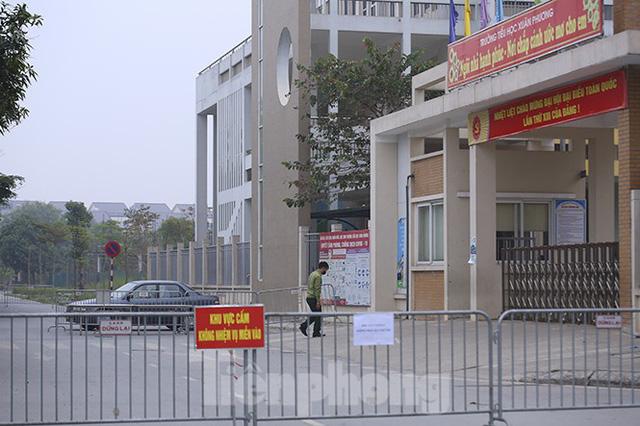 Cận cảnh trường học thành khu cách ly do có học sinh nhiễm COVID-19 ở Hà Nội - Ảnh 4.