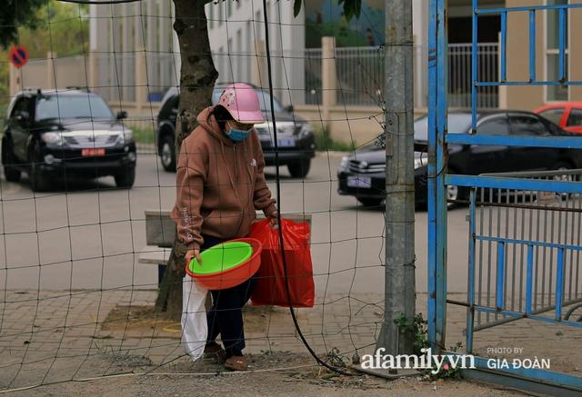 CẬN CẢNH: Bên trong nơi 79 cô trò trường Tiểu học Xuân Phương cách ly vì COVID-19, phụ huynh mang nhu yếu phẩm, chăn gối tới chăm con - Ảnh 4.