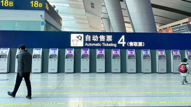 Xuân vận ảm đạm ở Trung Quốc: Bến xe, nhà ga mọi năm ngập trong biển người nay hiu quạnh không ngờ và hành động ấm lòng cho người ăn Tết tại chỗ - Ảnh 4.