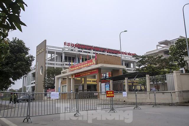 Cận cảnh trường học thành khu cách ly do có học sinh nhiễm COVID-19 ở Hà Nội - Ảnh 5.