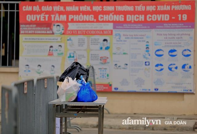 CẬN CẢNH: Bên trong nơi 79 cô trò trường Tiểu học Xuân Phương cách ly vì COVID-19, phụ huynh mang nhu yếu phẩm, chăn gối tới chăm con - Ảnh 5.