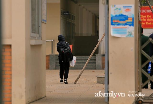 CẬN CẢNH: Bên trong nơi 79 cô trò trường Tiểu học Xuân Phương cách ly vì COVID-19, phụ huynh mang nhu yếu phẩm, chăn gối tới chăm con - Ảnh 6.