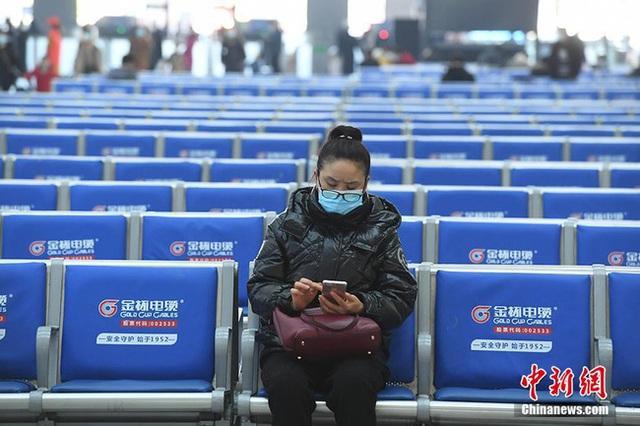 Xuân vận ảm đạm ở Trung Quốc: Bến xe, nhà ga mọi năm ngập trong biển người nay hiu quạnh không ngờ và hành động ấm lòng cho người ăn Tết tại chỗ - Ảnh 6.