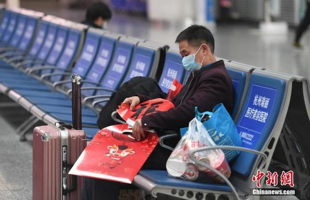 Xuân vận ảm đạm ở Trung Quốc: Bến xe, nhà ga mọi năm ngập trong biển người nay hiu quạnh không ngờ và hành động ấm lòng cho người ăn Tết tại chỗ - Ảnh 7.