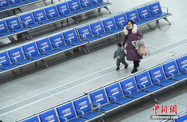 Xuân vận ảm đạm ở Trung Quốc: Bến xe, nhà ga mọi năm ngập trong biển người nay hiu quạnh không ngờ và hành động ấm lòng cho người ăn Tết tại chỗ - Ảnh 8.