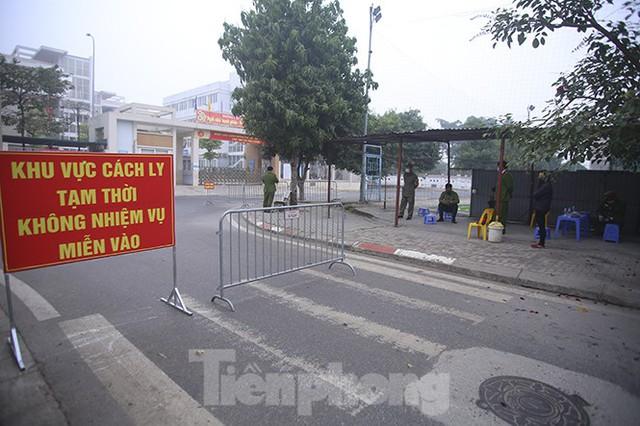 Cận cảnh trường học thành khu cách ly do có học sinh nhiễm COVID-19 ở Hà Nội - Ảnh 10.