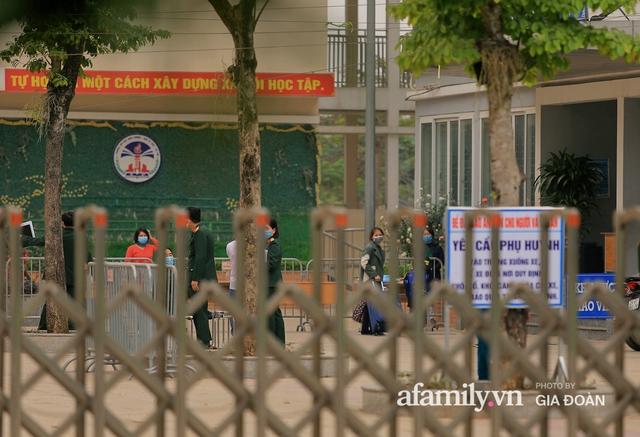 CẬN CẢNH: Bên trong nơi 79 cô trò trường Tiểu học Xuân Phương cách ly vì COVID-19, phụ huynh mang nhu yếu phẩm, chăn gối tới chăm con - Ảnh 10.