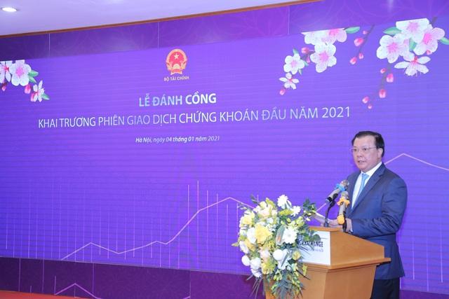 Bộ trưởng Đinh Tiến Dũng đánh cồng khai trương phiên giao dịch chứng khoán đầu năm 2021 tại HNX - Ảnh 1.