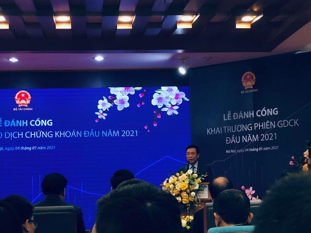 Bộ trưởng Đinh Tiến Dũng đánh cồng khai trương phiên giao dịch chứng khoán đầu năm 2021 tại HNX - Ảnh 3.