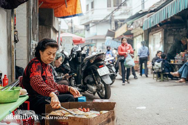 Hàng bánh chưng rán nức tiếng ngõ chợ Thanh Hà: Qua 2 thế hệ và gần một thế kỷ vẫn vẹn nguyên hương vị thời thơ ấu, bí quyết gói gọn trong miếng mỡ gà và chiếc mâm nhôm - Ảnh 1.
